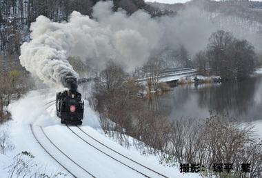 12月「凍てつく湖畔に煙り残して」.JPG