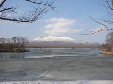 大沼の冬 雪解けを待つ大沼