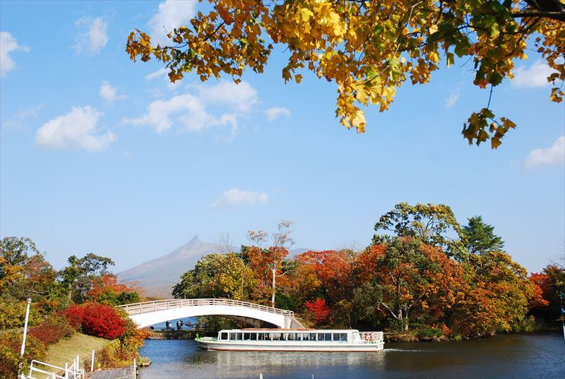 紅葉の大沼と駒ケ岳